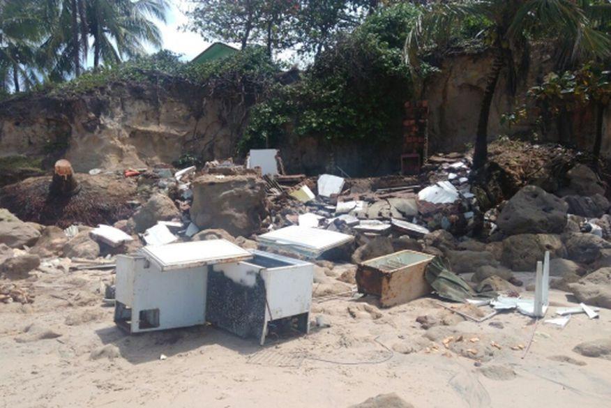 Ressaca do mar derruba três barracas na praia de Jacumã