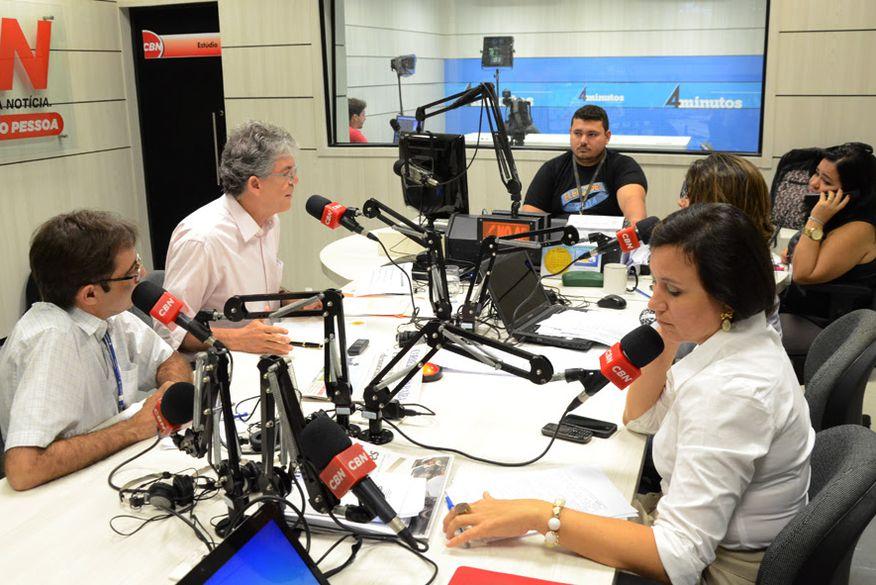 Resultado de imagem para fotos do governador ricardo coutinho em entrevist a na radio CBN