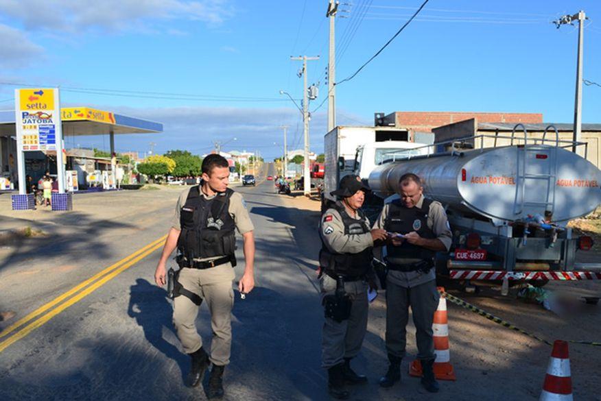 Idoso morre após ter cabeça esmagada por caminhão pipa no Sertão