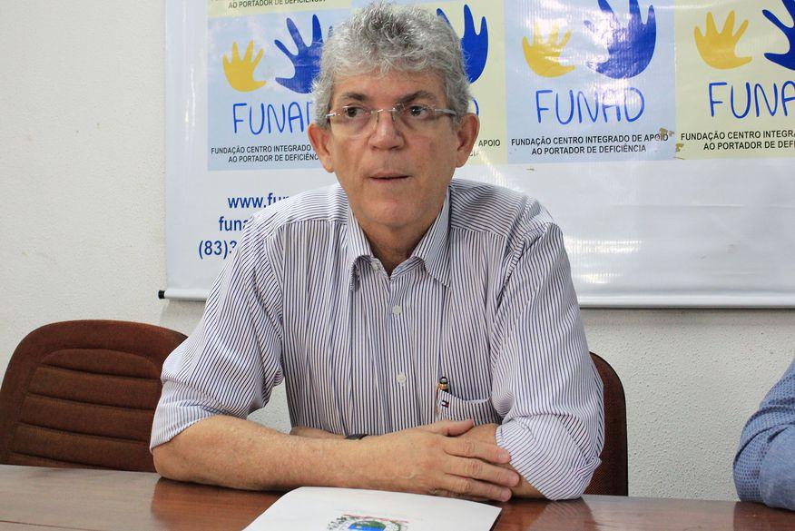 Ricardo Coutinho assina decretos que transferem folha e pagamento de fornecedores para o Bradesco