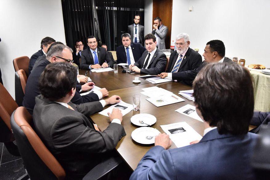Prefeitos paraibanos em Brasília se reúnem com bancada federal para debater crise financeira