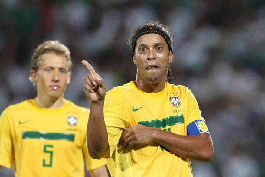 Com Ronaldinho Gaúcho em campo 8d06cfcf5207b