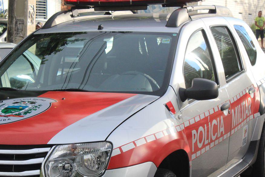 Bandidos em duas motos perseguem e atiram contra casal deixando um morto e outro ferido