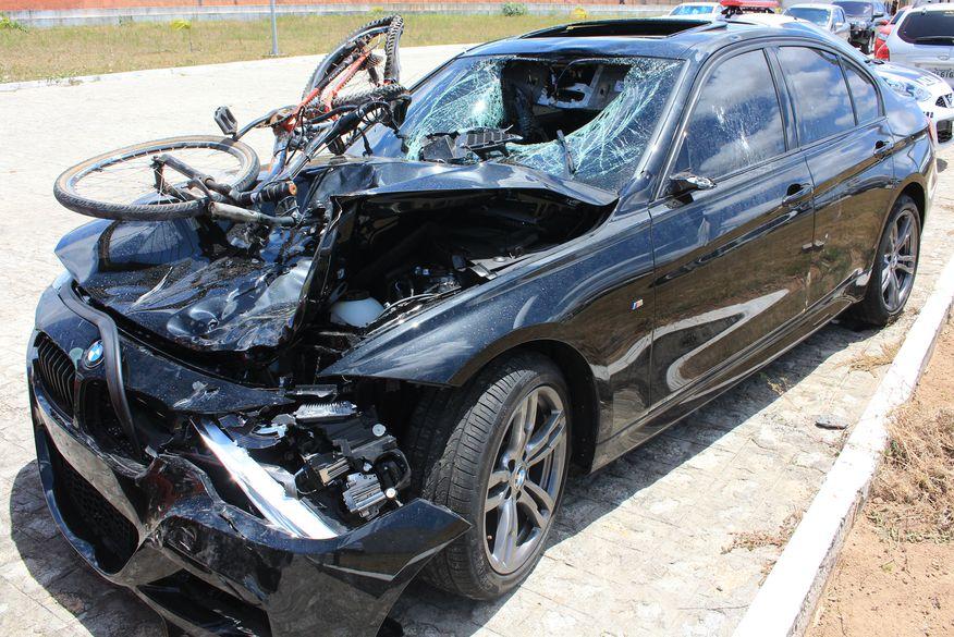 IPC diz que BMW que matou garçom atropelado na Paraíba estava modificada e acima da velocidade