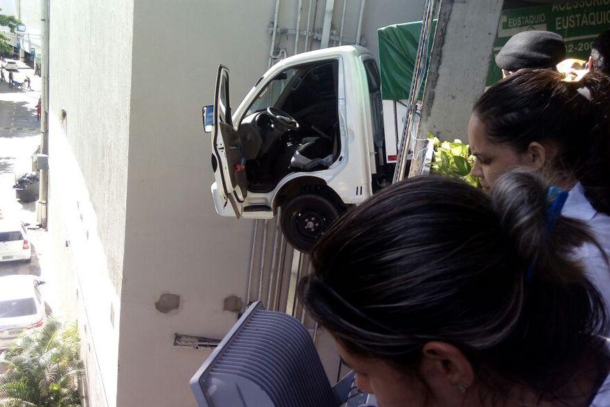 Motorista perde controle do veículo em estacionamento de shopping e despenca do quarto piso