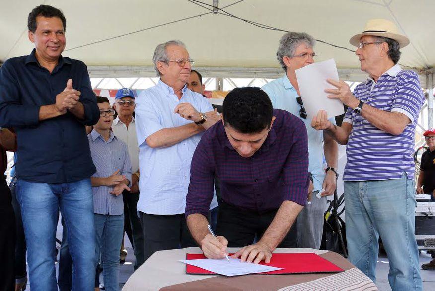 Ricardo Coutinho assina ordem de serviço para obras do contorno de Solânea